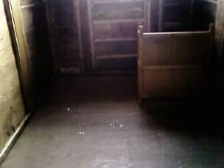 雑居房(6畳で定員3〜5人、奥はトイレ)